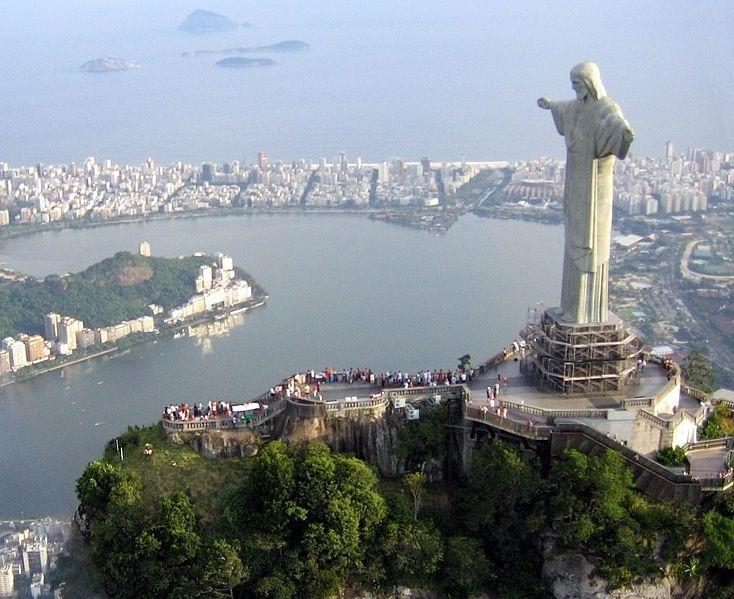 Statues les plus célèbres: le Christ Rédempteur sur la montagne du Corcovado