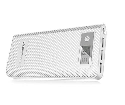 6. Chargeur portatif de banque de puissance de stockage de LQQB 24000mah La banque de puissance powerble LQQBSTORAGE gère offre un mélange équilibré entre la capacité et le poids. Pour un powerbank 12000 mAh, il est assez portable. Le modèle dispose d'un petit écran LCD qui affiche la capacité et la sortie sur chacun des 3 ports USB avec lesquels il est livré. Une caractéristique de bonus est la lampe de poche qui est intégrée dans la batterie juste à côté des ports USB. La sortie totale combinée à partir des ports USB est de 5,5 ampères et est livré avec une distribution de courant intelligente quand il y a plusieurs périphériques connectés aux ports USB. Avantages: Grande capacité encore portable Affichage LCD pour la capacité et l'utilisation du port USB Surface antidérapante Les inconvénients: Charge lente Charger un smartphone avec ce powerbank n'est pas aussi rapide que certains l'auraient espéré. Il a quand même réussi à réaliser ce pour quoi il a été fait mais il existe de meilleures alternatives. En outre, la recharge de la banque de puissance elle-même est également étonnamment lente. Vérifiez le prix sur Amazon 5. Chargeur Extenal Portable Aibocn Power Bank 20000mAh La banque d'énergie d'Aibcon est un bon choix pour des voyageurs. Le modèle a une capacité de 2000 mAh ce qui est suffisant pour recharger un iPhone au moins 5 fois. C'est beaucoup de puissance dans un facteur de forme compact. L'appareil est livré avec 2 ports USB et permet de charger 2 appareils en même temps. Il peut fournir 2,1 ampères sur un port et 1,0 ampère sur l'autre. Pour garder la powerbank assez léger, le boîtier a été fabriqué à partir d'un matériau plastique avec une surface anti-empreintes digitales. Last but not least, le modèle est livré avec une petite lampe de poche et un indicateur qui montre combien il reste de puissance. Avantages: Grande capacité 20000 mAh Construction légère 2 ports USB, lampe de poche intégrée Les inconvénients: Charge lente Le fait que la banque d'én